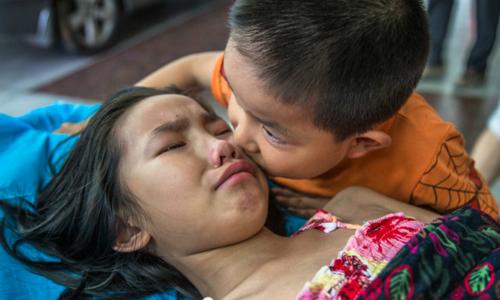 Bố mẹ bỏ đi, bé 7 tuổi một mình chăm chị gái trên giường bệnh