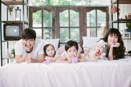 Bốn em bé đáng yêu là thành quả ngọt ngào của Lý Hải - Minh Hà sau 7 năm kết hôn. Không chỉ tâm đầu ý hợp, cả hai vợ chồng còn đồng lòng dạy con kiểu Tây. Các bé bạo dạn, tự lập, bộc lộ tài năng và tính cách khá sớm, sở hữu lượng lượng fan hâm mộ khủng không kém ba mẹ.