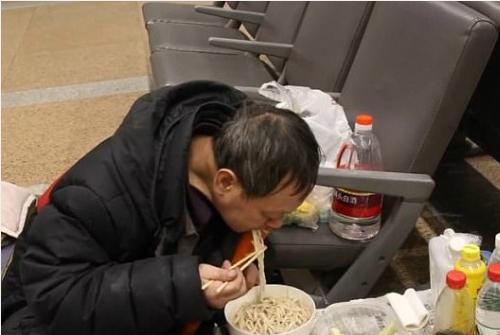 Người đàn ông 53 tuổi cho biết ông thất nghiệp, và mỗi tháng nhận trợ cấp khoảng 1.000 nhân dân tệ (khoảng 3,4 triệu đồng)từ chính phủ. Khoản tiền này giúp ông có thể trang trải tiền ăn uống mỗi ngày.