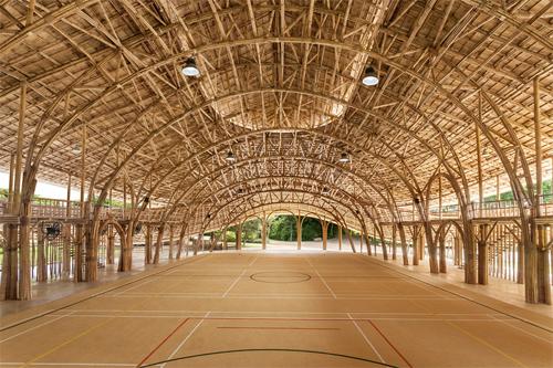 Sân chơi thể thao làm toàn bằng tre trong một trường học ở Chiangmai (Thái Lan).