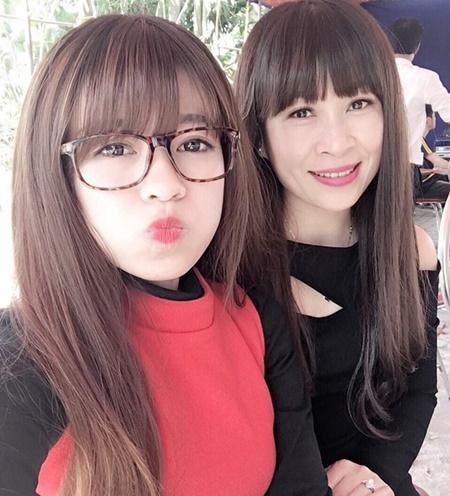 Chi cho hay nhiều bạn bè của côcứ nghĩ mẹ là chị gái khi cô đăng ảnh trên trang cá nhân. Mẹ cô cũng có sở thích mặc đồ giống con gái.