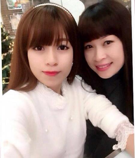 Chị Hương có 2 cô con gái, một 23 tuổi, tốt nghiệp Đại học Khoa học xã hội Nhân văn và một 25 tuổi, đang du học ở Trung Quốc.