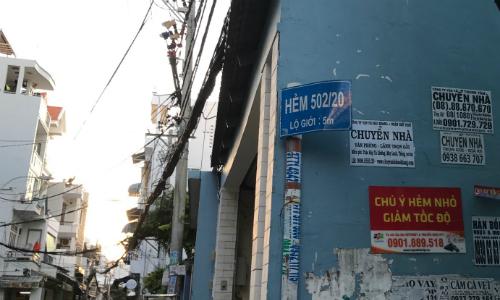 Rất nhiều hẻm ở TP HCM đang treo quy hoạch lộ giới - Ảnh: Hoàng Anh