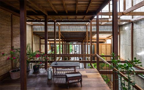 Ngôi nhà mới xây mang nét kiến trúc địa phương nhưng thoáng đãng và nhiều ánh sáng hơn.