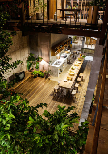 Ngôi nhà có 3 tầng với tổng diện tích sử dụng là 340 m2 với 3 hộ sinh sống.