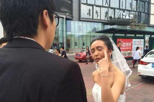 Cô gái hoá thân thành bà lão để thử lòng người yêu trước cưới nhưng hành động này khiến chàng trai bị tổn thương lòng tự trọng nên đã bỏ cô gái ngay ngày chụp ảnh cưới. Ảnh: Weibo.