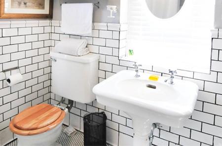 Nhiều gia đình dành diện tích rất ít để làm WC trong khi có nhiều đồ dùng. Ảnh: AT.
