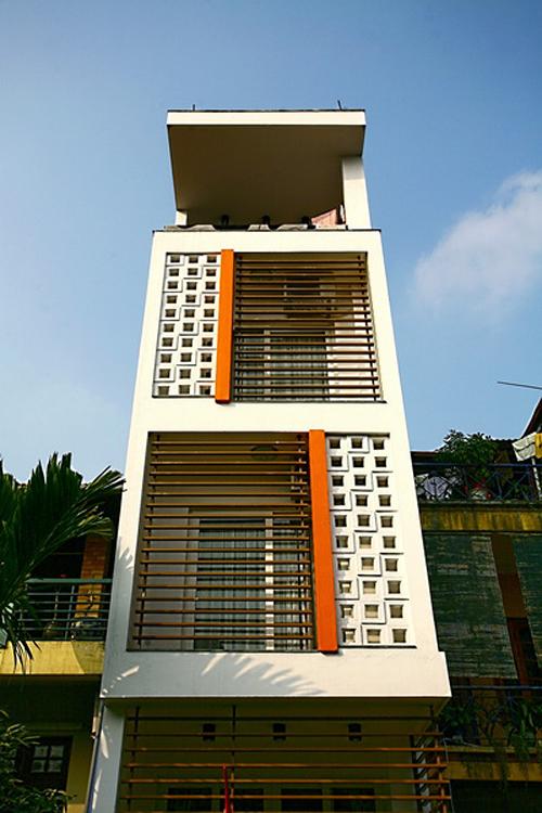 Nhà ống hẹp ở Hà Nội thoáng đãng nhờ có 3 giếng trời