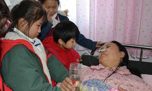 Những đứa con được bà Li chăm sóc rất thương và lo lắng cho mẹ. Ảnh: Shanghaiist.