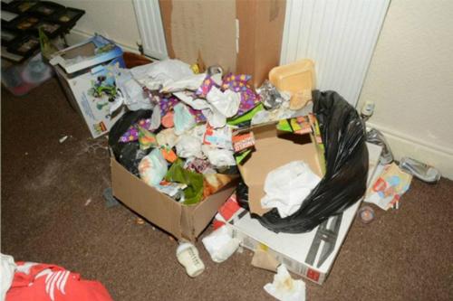Các túi rác vương vãi ngay từ cửa vào nhà.
