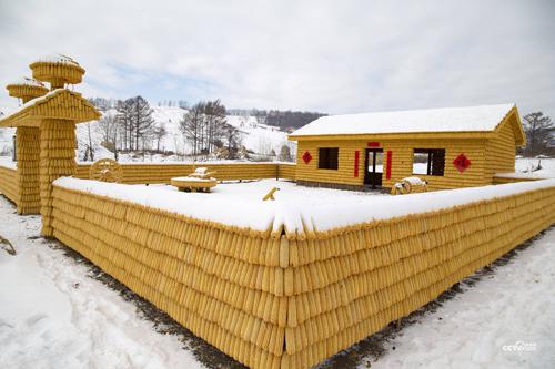 Thời tiết mùa đông ở tỉnh Cát Lâm (Trung Quốc) rất khắc nghiệt nhưng ông Liu Hongcai vẫn quyết tâm xây dựng một ngôi nhà khác lạ. Nhìn từ xa, nhà giống như được dát vàng, nổi bật giữa không gian tuyết trắng bao phủ.