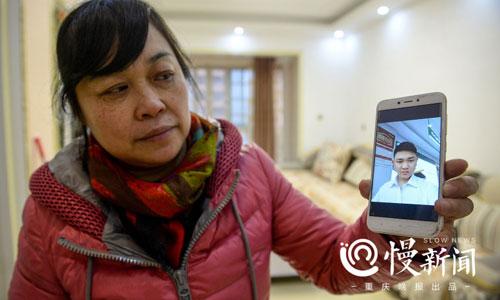 Bà Tiểu Bình giơ ảnh con trai 26 tuổi với hy vọng con tìm được bố mẹ đẻ. Ảnh: Sina.
