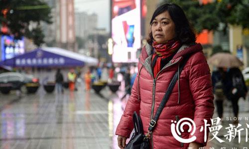 Bà Tiểu Bình lặn lội ở Trùng Khánh với hy vọng tìm được thông tin về bố mẹ cho con trai. Ảnh: Sina.