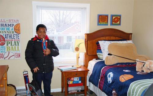 Daerye trong phòng ngủ mới của mình với chiếc giường có đệm êm, nhiều đồ chơi.