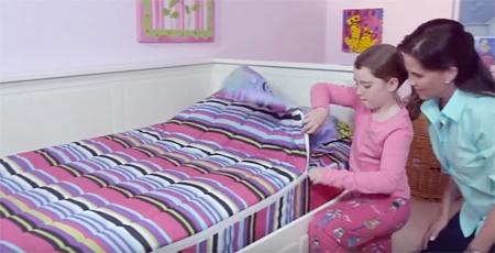 Chăn được gắn kết với ga trải giường giúp trẻ dễ dàng khi dọn giường.