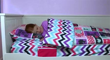 Kiểu thiết kế này sẽ giúp các bé không đạp tung chăn khi ngủ. Bên cạnh giường có túi nhỏ để đồ lặt vặt.