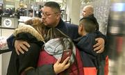 Cảnh chia tay vợ con của người đàn ông bị trục xuất khỏi Mỹ
