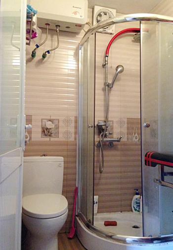 WC diện tích quá nhỏ nên khó bố trí khu khô-ướt tách biệt. Ảnh: GT.