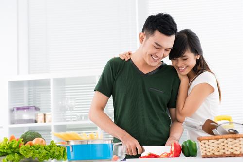 Chia sẻ việc nhà giúp gắn kết các cặp vợ chồng.