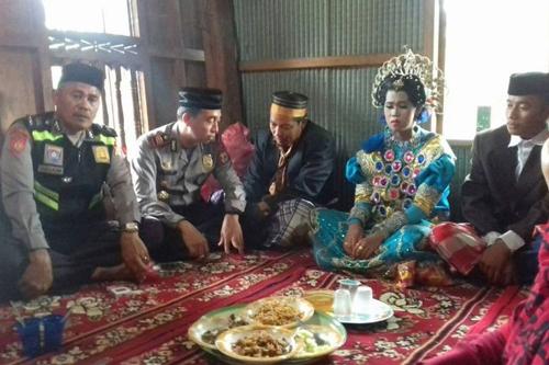 Đám cưới của đôi bạn trẻ diễn ra dưới sự chứng kiến của cảnh sát, trưởng làng và gia đình hai bên. Ảnh: Jakarta Post.