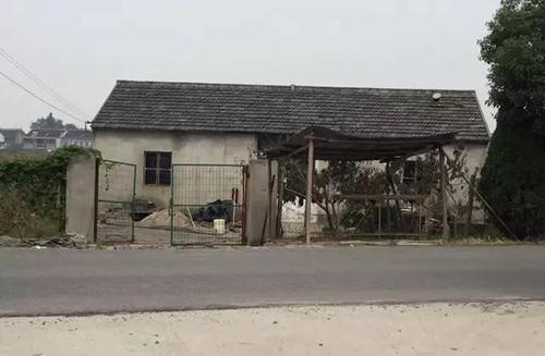 Ngôi nhà ở thành phố Vô Tích (Trung Quốc) có vẻ ngoài cũ kỹ khiến không ai để mắt. Tuy nhiên, một cô gái trẻ mới 19 tuổi đã nhận ra tiềm năng của ngôi nhà nhỏ với một mặt nhìn ra đường, mặt còn lại nhìn ra khoảng đất vườn rộng mênh mông.