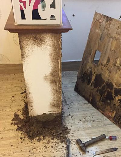 Những ụ bùn do mối đùn xuất hiện ở nhiều nơi trong nhà bà Đào.