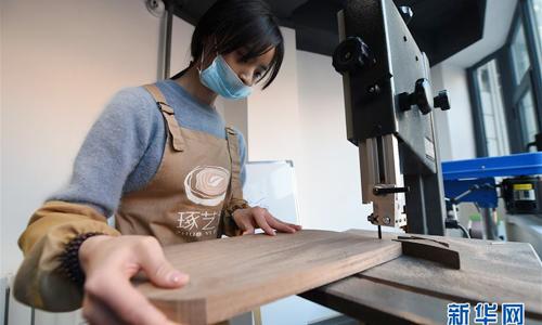 Hiện tại, mỗi ngày với cô gái Tống Lạc Lạc, 23 tuổi là một ngày vui. Cô đến xưởng mộc của mình ở thành phố Lan Châu (Cam Túc).