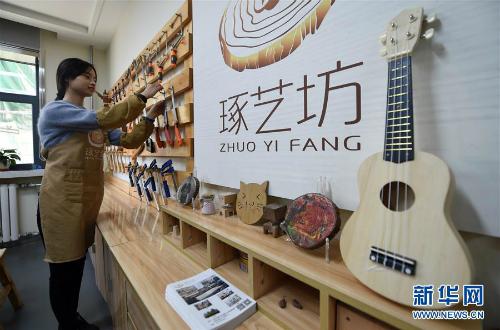 Xưởng mộc của Lạc Lạc sống như một studio về gỗ, nơi người ta có thể sáng tạo, thư giãn, chứ không giống xưởng mộc truyền thống. Nhờ vậy, nó thu hút được khách hàng. Mỗi ngày cô gái trẻ thu được 10.000 NDT (khoảng 35 triệu đồng).