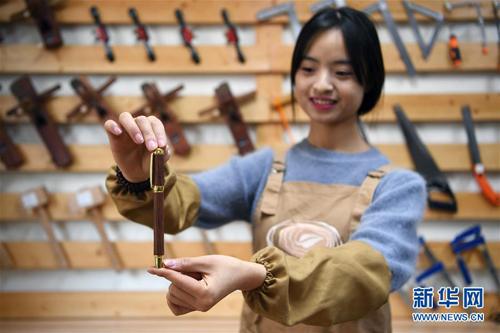 Nơi đó, Lạc Lạc chế tác ra được các loại vòng tay, bút mực, kệ điện thoại, đàn guitar và khoảng 30 sản phẩm thủ công từ gỗ khác.