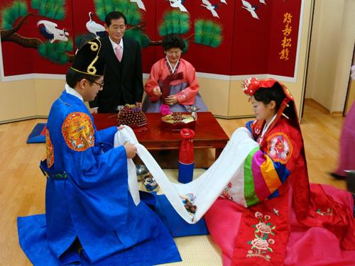 Một lớp học tiếng Hàn cấp tốc cho cô dâu Việt. Ảnh:Kokono