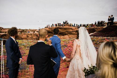 Quan khách đứng ở trên vách núi chúc mừng dâu rể.
