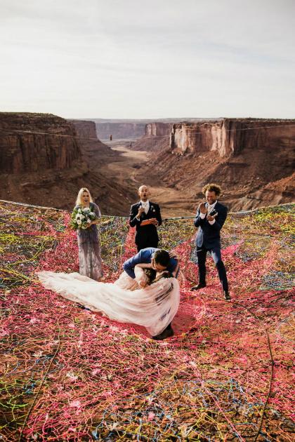 Họ dệt một tấm lưới khổng lồ, đủ màu sắc, cách mặt đất 121m làm nơi trao lời thề hôn nhân.