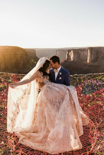 Đám cưới trên tấm lưới - nơi giao thoa giữa đất và trời - trong buổi hoàng hôn lãng mạn đã giúp đôi uyên ương càng thấy gắn kết hơn.