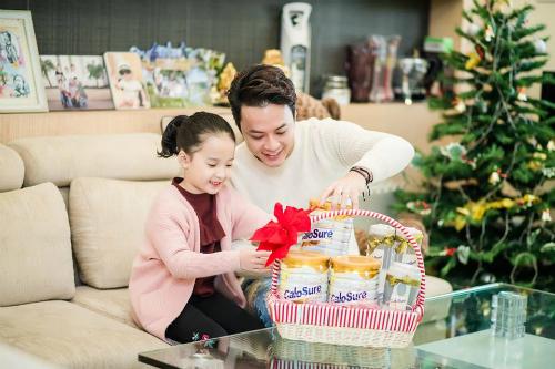 Diễn viên Hồng Đăng và con gái chuẩn bị món quà sức khỏe cho bố mẹdịp Tết.