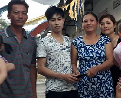 Sang nhận lại chiếc ví đánh rơi từ người phụ nữ miền Tây (áo lanh trắng xanh, bên phải Sang).