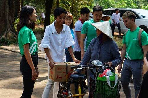Hoa hậu HHen Niê và đoàn tình nguyện viên cùng bệnh nhân tại trại phong Bến Sắn chở Tết về nhà.