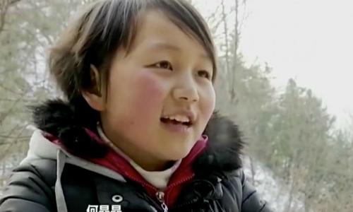 Cô bé He Jingling đã cắt đi mái tóc dài đến hông để bán lấy tiền mua smartphone gọi điện video cho mẹ. Ảnh: Scmp.