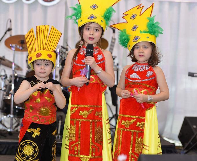 100 bộ trang phục dân tộc Việt của ba em bé Canada