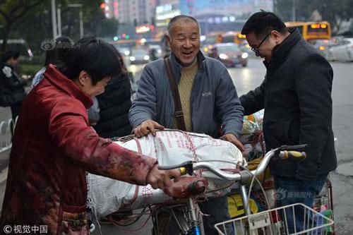 Trải qua quãng đường dài di chuyển, ông Wang tươi cười, không thấy mệt mỏi khi gặp lại vợ con. Ảnh: Chinanews.