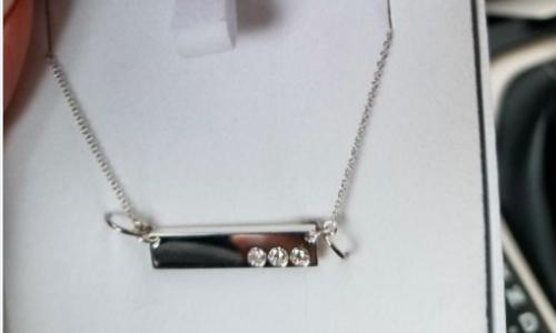 Cô gái có chiếc dây chuyền được làm từ những viên kim cương trong nhẫn cưới của cha mẹ.