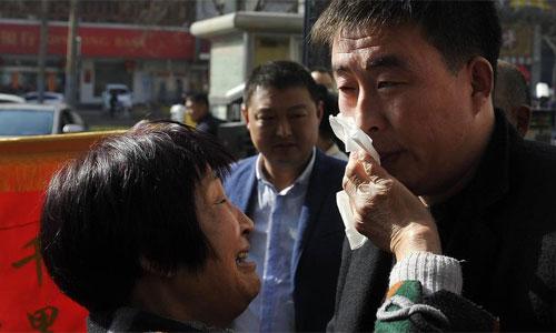 Bà Trương mừng rơi nước mắt khi tìm thấy con trai bị lạc 29 năm. Ảnh: Sina.