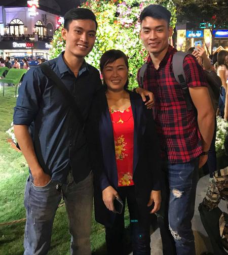 Văn Tuân (bên trái) chụp ảnh cùng mẹ và em trai. Ảnh: NVCC.