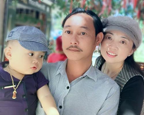 Gia đình chị Lụa, anh Bảy bên cậu con trai kháu khỉnh.