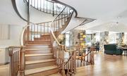 Phải làm sao khi cầu thang gỗ bạc màu vì bị nắng chiếu?