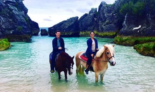 Jordi và chồng trên lưng ngựa ởBermuda. Ảnh: The Sun.