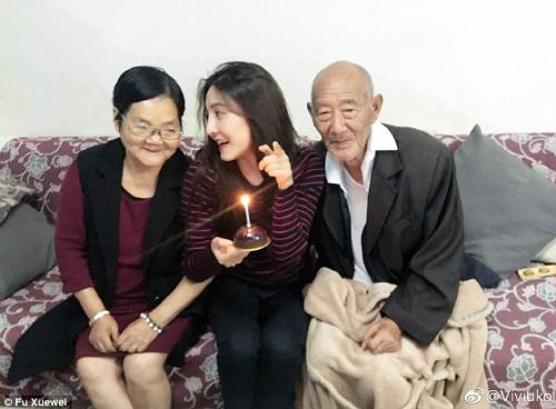 Tình cảm của Fu với ông bà nội vô cùng sâu sắc. Không chỉ là công dưỡng dục, chăm sóc, họ còn xem nhau như bạn bè. Fu thường xuyên cùng ông bà đi du lịch, thậm chí dẫn ông bà vào cả quán bar.