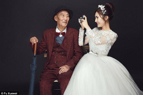 Cô gái đã được ông nội chăm sóc sau khi bố mẹ ly hôn năm 10 tuổi. Đến 18 tuổi, Fu đi du học ở Thuỵ Sĩ và Singapore. Vài năm gần đây cô trở thành một doanh nhân và sống cùng ông bà nội ở Thành Đô. Trong những bức ảnh, Fu ôm ông âu yếm, còn ông mỉm cười trìu mến nhìn cháu gái.