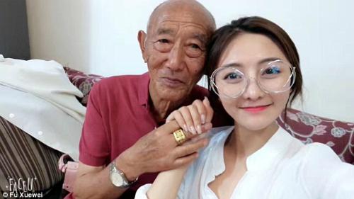 Cô gái trẻ đã chi 3.000 tệ (khoảng hơn 10 triệu đồng) để chụp ảnh cưới cùng ông. Kế hoạch được giữ bí mật đến phút chót, khi được bệnh viện xác nhận sức khoẻ ông tốt để chụp.