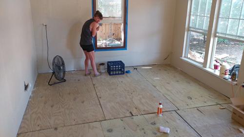 Khi cải tạo lại nhà, Samantha Kricker (người Mỹ) quyết định tự lát lại sàn mà không thuê thợ. Chị cũng không muốn sử dụng gạch bông hoặc ván lát sàn thông thường.