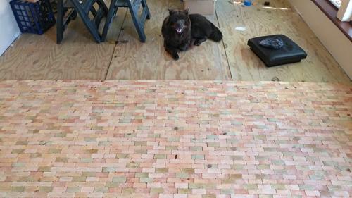 Sau đó, chị xếp lẫn lộn các mảnh gỗ để tạo nên những sự biến đổi màu sắc khác biệt.